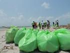 Voluntários recolhem lixos de praias do litoral da Paraíba neste sábado