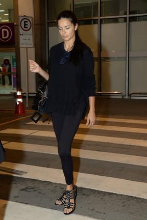 Adriana Lima desembarca em aeroporto no Rio (Foto: Vinicios Marinho/ Brazil News)