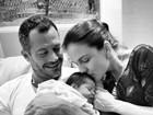 Malvino Salvador e Kyra Gracie posam com a filha recém-nascida
