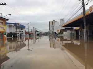 Principal rua de Rio do Sul está alagada nesta sexta-feira (23) (Foto: Larissa Vier/RBS TV)