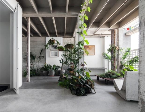 Apartamento no topo do edifício Copan tem sotaque industrial e móveis de design (Foto: Maíra Acayaba/divulgação)