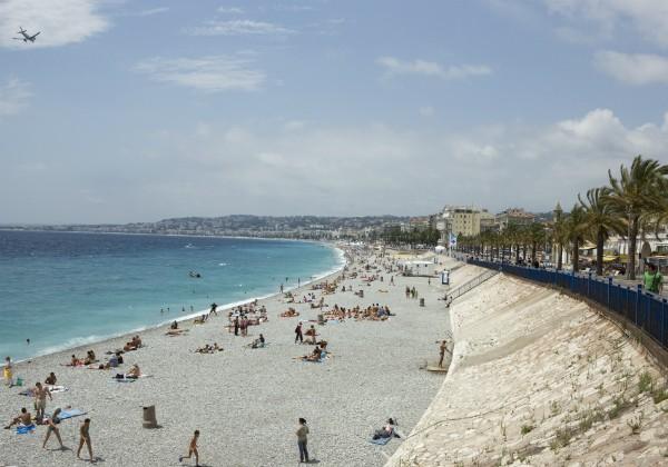 Praia de Promenade des Anglais, em Nice, França, onde policiais abordaram mulher na praia que vestia calça, túnica e lenço na cabeça (Foto: Getty Images)