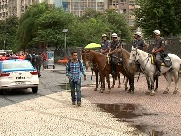 Policiais militares usam cavalos para patrulhar o Centro do Rio (Foto: Reprodução/TV Globo)