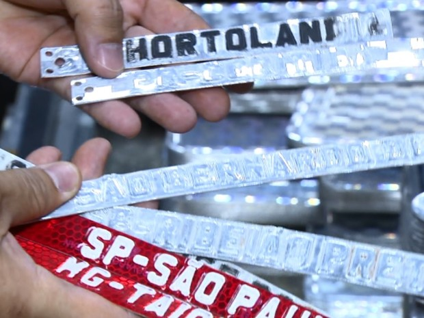 Materiais apreendidos em fábrica de placas clonadas em Hortolândia (Foto: Reprodução/EPTV)