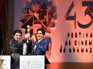 Equipe de Ausência recebe o prêmio de Melhor Filme (Foto: Edison Vara/Agência PressPhoto)