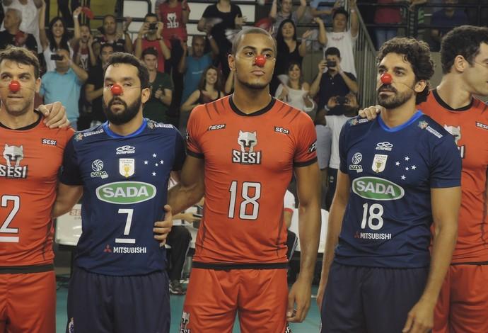vôlei, jogadores Cruzeiro e Sesi, nariz de palhaço (Foto: David Abramvezt)