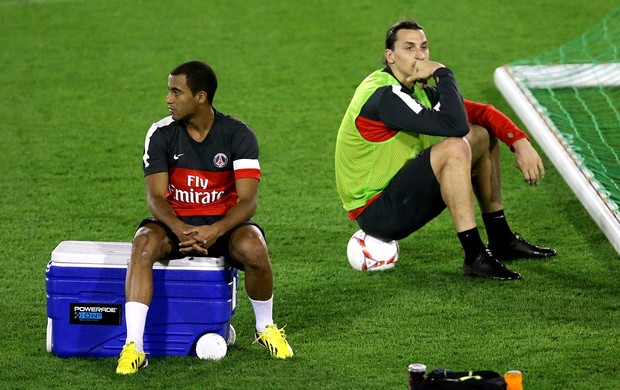 Lucas e Ibrahimovic no treino do PSG (Foto: AFP)