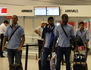 Jogadores do Cruzeiro desembarcam em Montevidéu (Foto: Tarcísio Badaró)