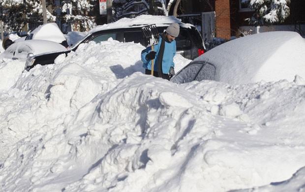 Moradores de Montreal tiveram que cavar a neve para recuperar seus carros (Foto: Olivier Jean/Reuters)