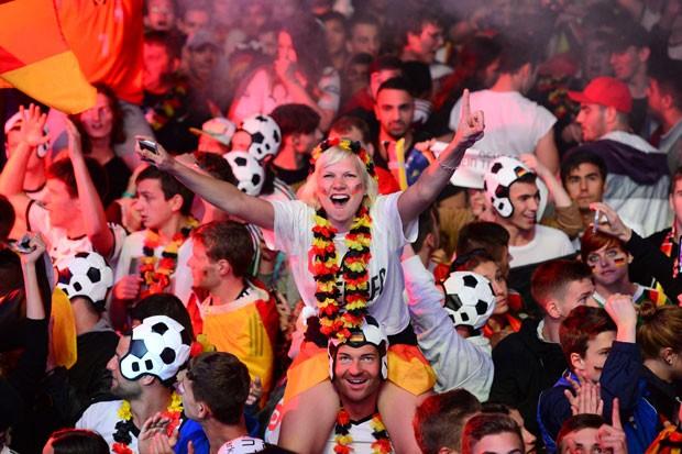 Torcedores alemães comemoram após a vitória do país na Copa do Mundo em Berlim, neste domingo (13) (Foto: John Macdougall/AFP)