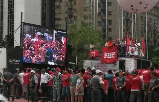 Manifestantes acompanham protesto por um telão (Foto: TV Globo/Reprodução)