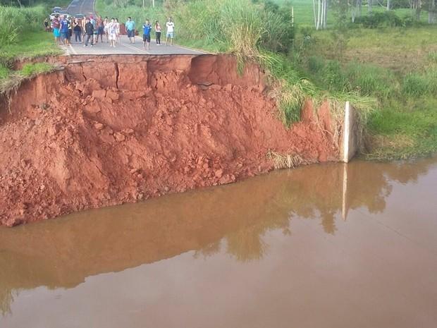 Carro caiu em buraco onde havia uma ponte, que foi arrastada pela chuva (Foto: Adilson Baio/colabora��o)