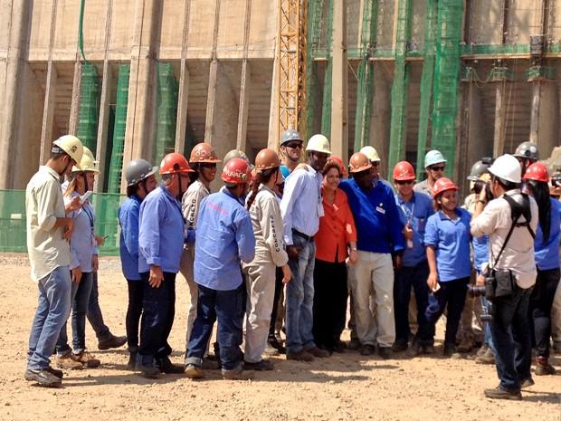 Dilma tira foto com operários da Usina Hidrelétrica de Santo Antônio (Foto: Gaia Quiquiô)