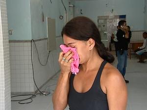 Mãe das jovens chora no IML (Foto: Vinícius Gonçalves/ TV Gazeta)