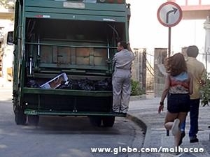 Anita tenta parar o caminhão de lixo (Foto: Malhação / TV Globo)