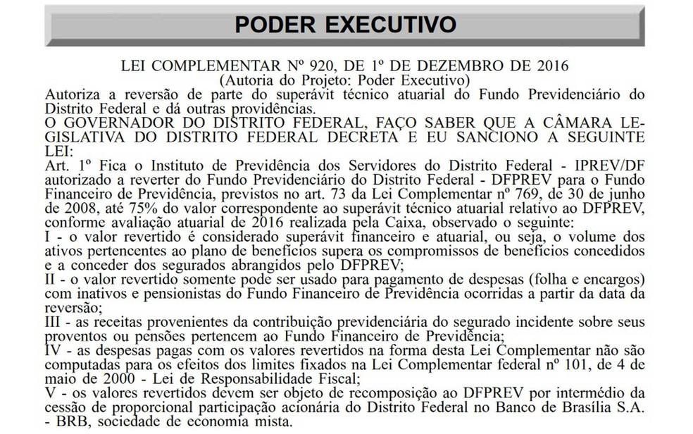 Trecho do Diário Oficial do DF que traz liberação de uso de superávit da previdência para o pagamento de salários (Foto: Diário Oficial/Reprodução)