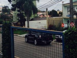 Costa saiu sobre escolta em um carro preto descaracterizado da PF (Foto: Thais Skodowski / G1)