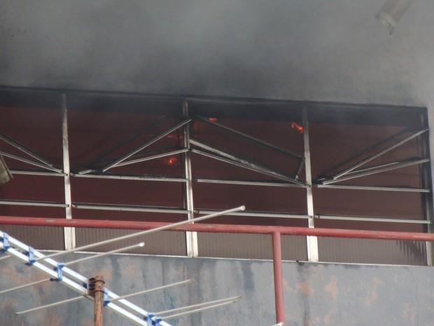Temor é que fogo se alastre para outros andares, onde há muitos produtos inflamáveis, como tintas e solventes (Foto: Katherine Coutinho / G1)