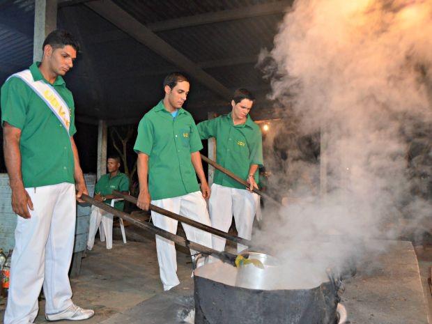 O preparo do chá da ayahuasca dura três dias (Foto: Janine Brasil/G1)