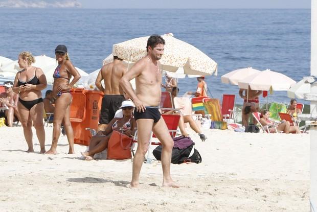 Marcelo Serrado joga futevôlei no Leblon (Foto: Gil Rodrigues / Foto Rio News)