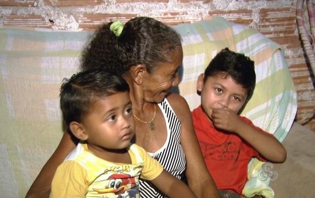 Avó cria os netos com muito amor e carinho (Foto: Roraima TV)