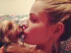 Yasmin Brunet posta foto dando beijinho na Yorkshire