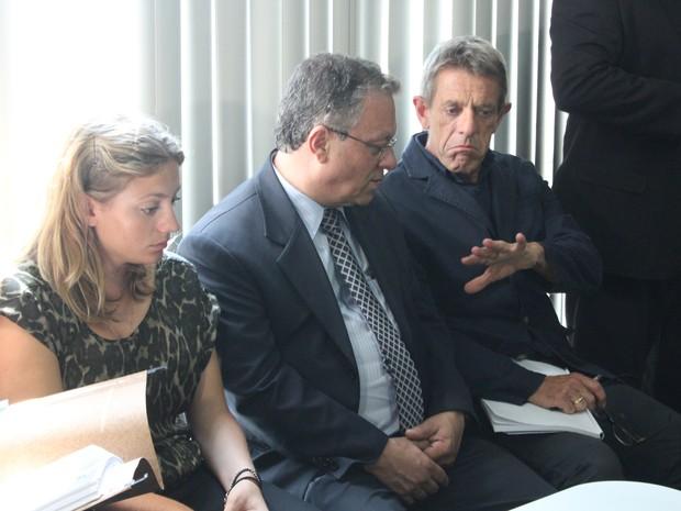 Esposo [à direita] e filha de Gillian Metcalf aguardavam na sala de audiência com o tradutor (Foto: Luis Henrique Oliveira/ G1 AM)