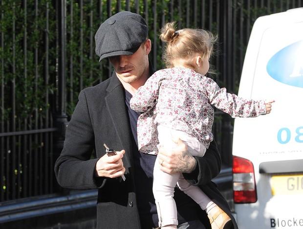 Beckham com a filha Harper (Foto: Splash News)
