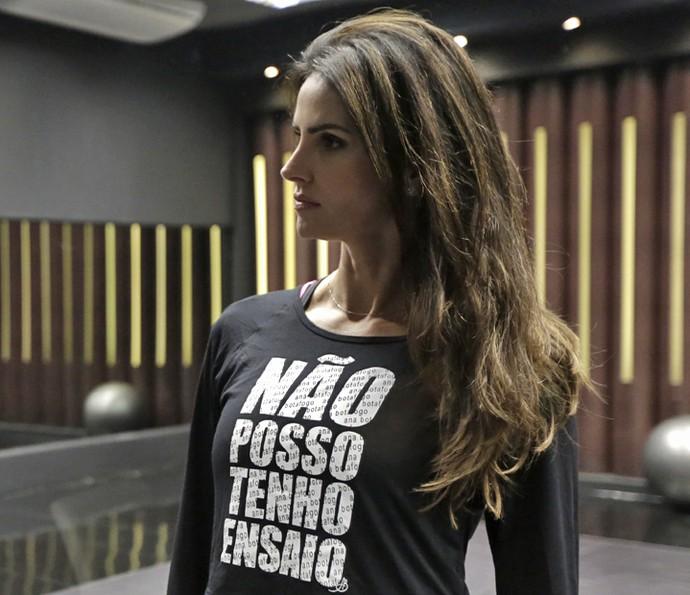 Lisandra Souto usa camisa com brincadeira: 'Não posso, tenho ensaio' (Foto: Artur Meninea / Gshow)