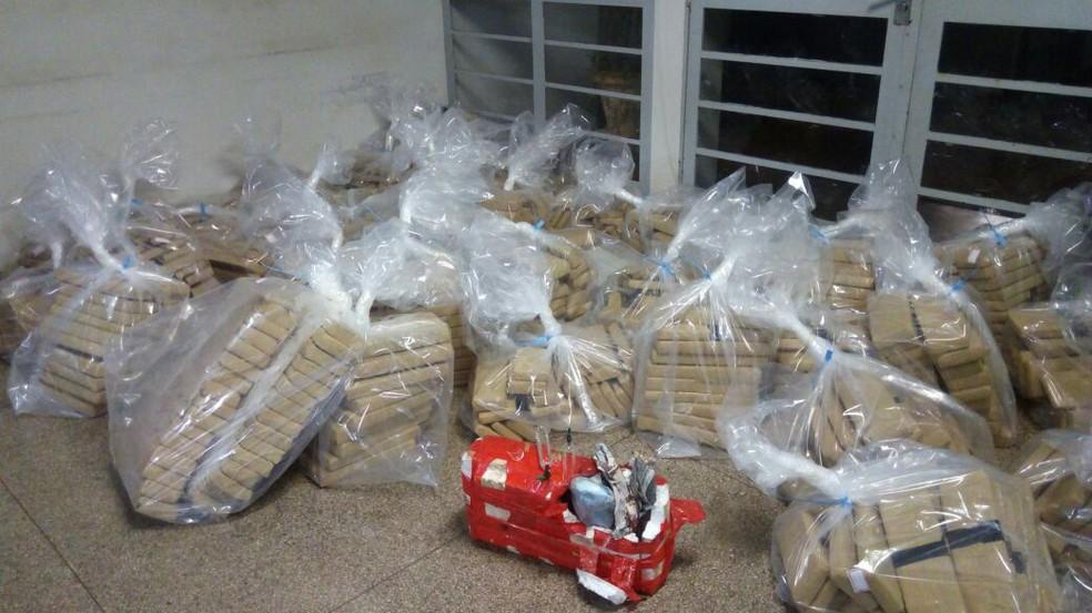 Armas, drogas e munições estavam em um fundo falso de um caminhão (Foto: Polícia Civil/Cedida)