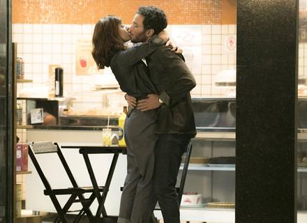Elio pede desculpas a Ana Luiza e rouba um beijo