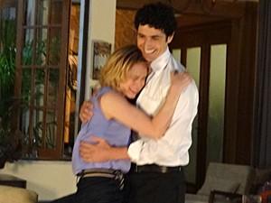 Com medo da barata, Juliana vai parar nos braços de Nando (Foto: Guerra dos Sexos / TV Globo)