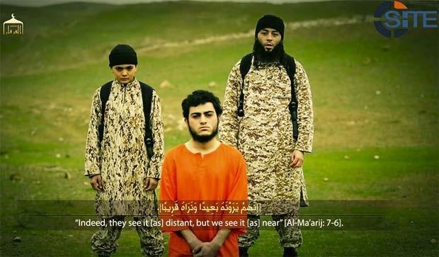Estado Islâmico divulga nesta terça-feira (10) vídeo em que afirma mostrar execução de árabe israelense acusado de espionagem (Foto: Reprodução/ Twitter/ Rita Katz)