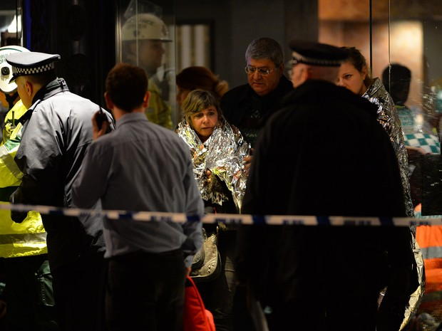 Serviços de emergência foram chamados nesta quinta-feira (19) ao Teatro Apollo, em Londres, depois que pessoas ficaram feridas com o desabamento do teto. (Foto: Leon Neal/AFP)