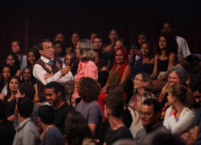 Eri Johnson fala com plateia em Tomara que Caia (Foto: Artur Meninea/Gshow)