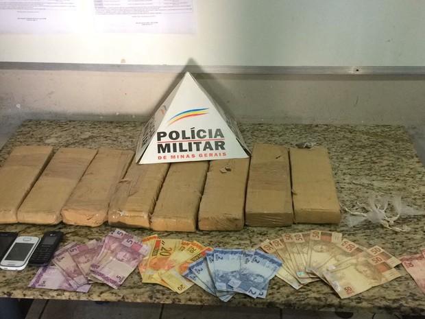 Drogas foram encaminhadas à delegacia (Foto: Polícia Militar/Divulgação)