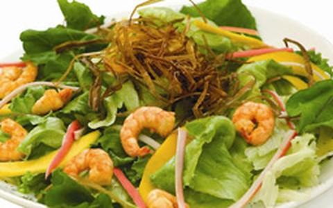 Salada de quinoa com camarão, kani, manga e mix de folhas