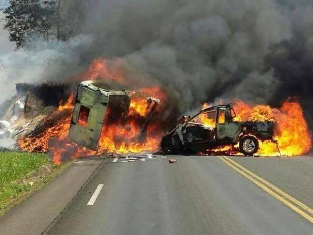 Após batida, dois veículos pegaram fogo na PR-092 (Foto: Divulgação/NP Diário)