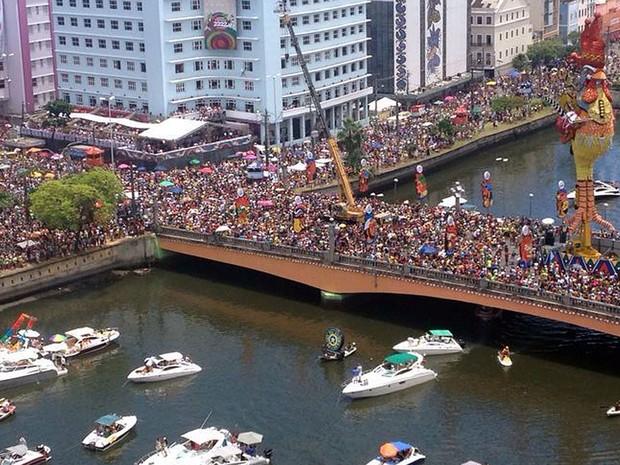 Galo reina e arrasta multidão de súditos no Centro do Recife (Foto: Bia Ribeiro / TV Globo)