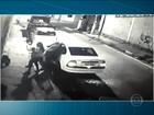 Mulher retira criança de carro durante assalto em rua no ABC; veja vídeo