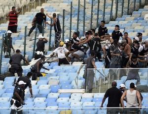 Torcida do Corinthians entra em conflito com policiais no Maracan (Foto: André Durão / GloboEsporte.com)