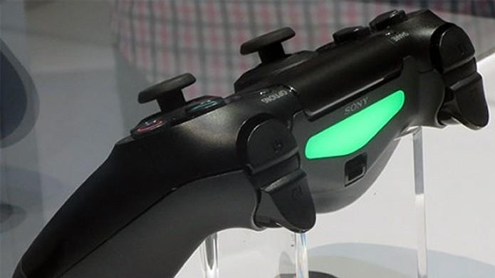 Luz verde do DualShock 4 combina perfeitamente com a visão noturna de Outlast (Foto: PS4 Site Polska)