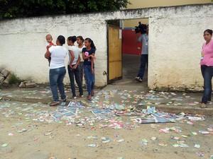Porta da escola municipal Maria Salete Pedroso Ferreira, em Eldorado, SP (Foto: Mariane Rossi/G1)