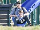 Ashton Kutcher se diverte com a filha em escorregador