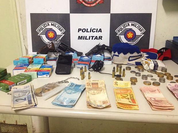 Polícia conseguiu recuperar dinheiro e prendeu envolvidos (Foto: Polícia Militar/Divulgação)