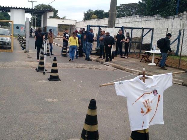 Camisa com marca de sangue foi colocada na entrada do CDP em Hortolândia (Foto: Makfran Souza)