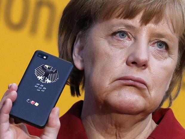 Angela Merkel segura um smartphone em foto de evento em março deste ano (Foto: Fabrizio Bensch/Files/Reuters)