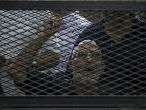 Mohamed Badie, o líder da Irmandade Muçulmana, reage dentro de prisão durante julgamento no Cairo neste sábado (7) (Foto: Khaled Desouki/AFP)
