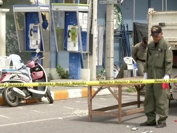 Policial tailandês inspeciona local de uma explosão em Hua Hin, que fica a cerca de 200 quilômetros ao sul da capital Bancoc (Foto: Reuters TV)