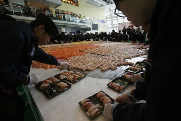 Organizadores criaram mosaico de 37 metros quadrados (Foto: Bobby Yip/Reuters)